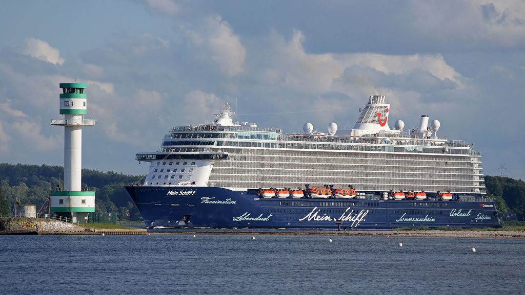 Mein Schiff 5 auslaufend Kiel. Foto: Oliver Asmussen/oceanliner-pictures.com
