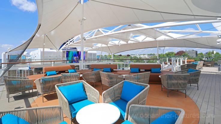 Mein Schiff 6 Loungebereich bei der Arena mit Sonnensegel. Foto: Oliver Asmussen/oceanliner-pictures.com