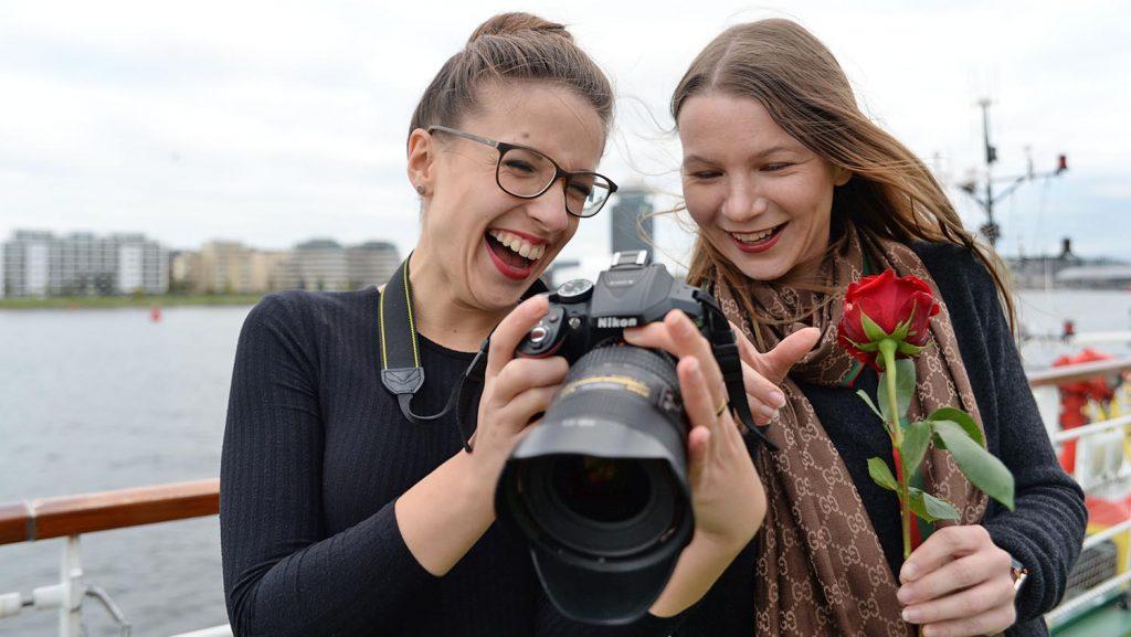 Viel gelacht wurde beim Shooting am Pooldeck mit Anna-Maria, CruiseStart, und Claudia Schmals, Minnja. Foto: André Lenthe