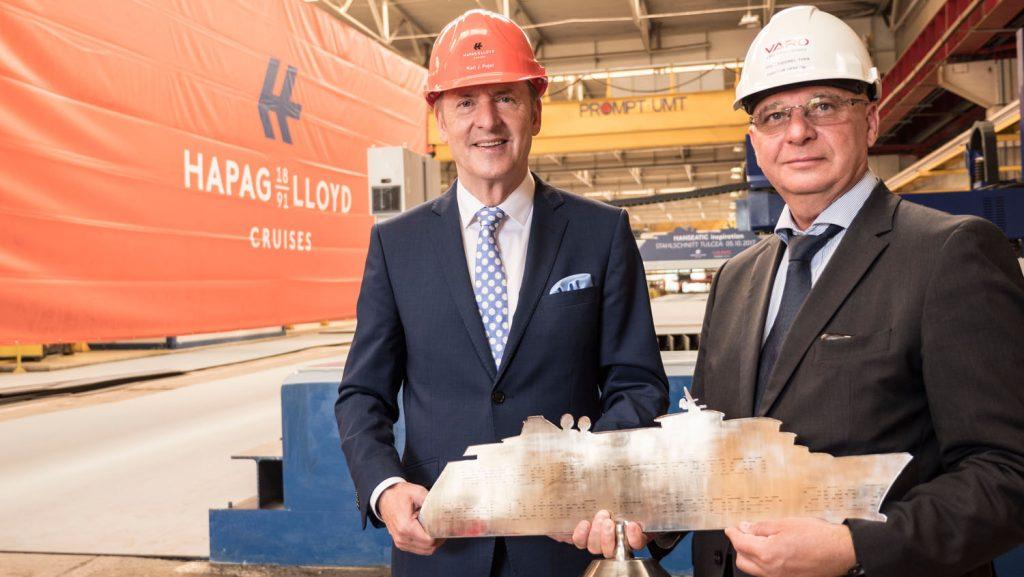 """Tudorel Topa, übergab der Geschäftsführung von Hapag-Lloyd Cruises symbolisch eine stählerne Schiffssilhouette der Hanseatic inspiration. Foto: Hapag-Lloyd Cruises"""""""
