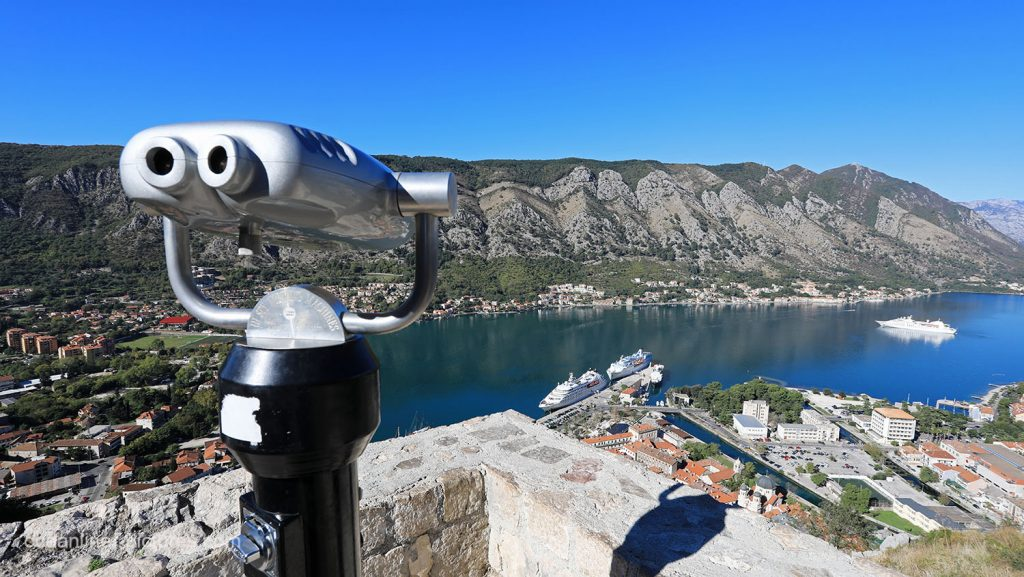 Aussichtsplattform auf Burgmauer in Kotor mit Panoramablick. / Foto: Oliver Asmussen/oceanliner-pictures.com