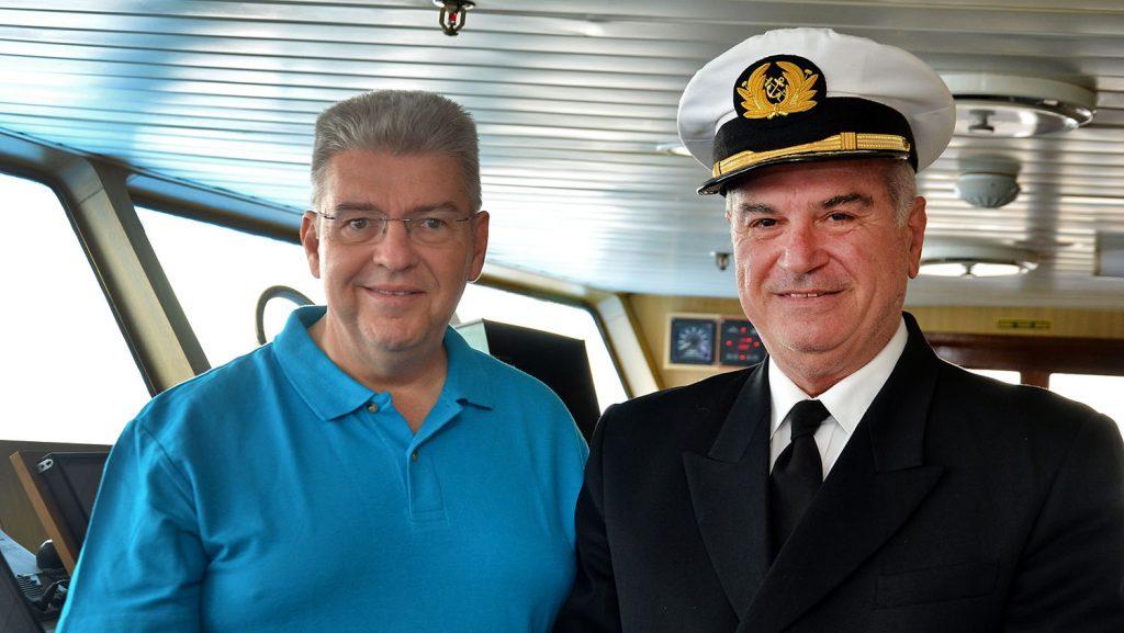 Peter Jurgilewitsch und Kapitän Giannis Papangelis MS Ocean Majesty. / Foto: Hansa Touristik