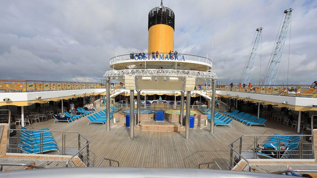Lido Maratea Poolbereich Costa Magica. / Foto: Oliver Asmussen/oceanliner-pictures.com