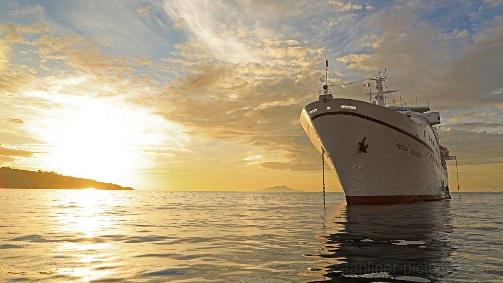 MS Ocean Majesty auf Reede vor Sorrent im Sonnenuntergang. / Foto: Oliver Asmussen/oceanliner-pictures.com