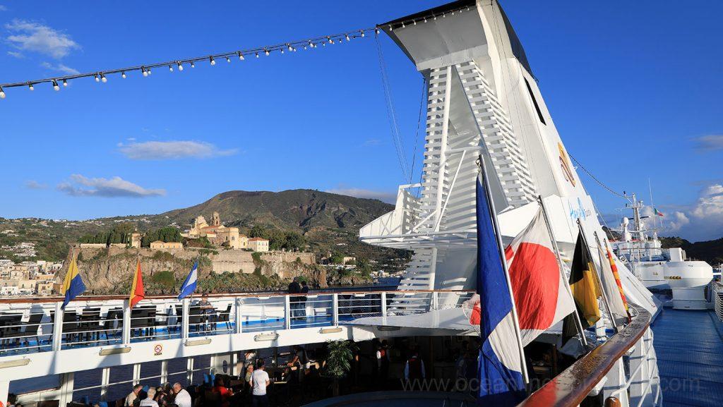 MS Ocean Majesty mit Blick auf Lipari. / Foto: Oliver Asmussen/oceanliner-pictures.com