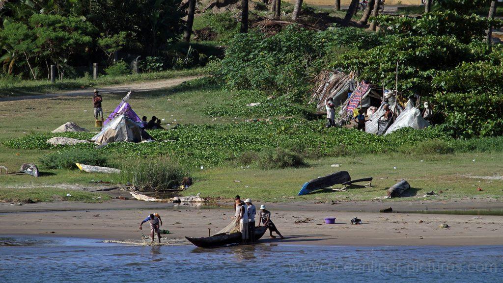 Menschen an der Küste in Madagaskar. / Foto: Oliver Asmussen/oceanliner-pictures.com