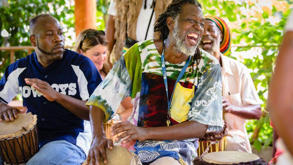 Mit Rastafaris die Karibik von ihrer ursprünglichen Seite kennenlernen. Foto: AIDA Cruises