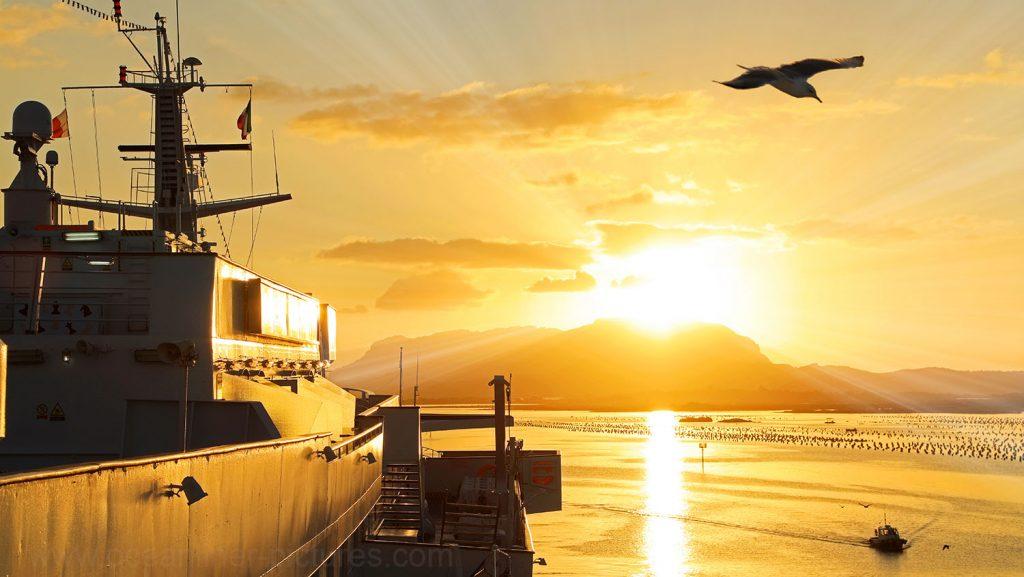 Sonnenaufgang über Olbia MS Ocean Majesty. / Foto: Oliver Asmussen/oceanliner-pictures.com