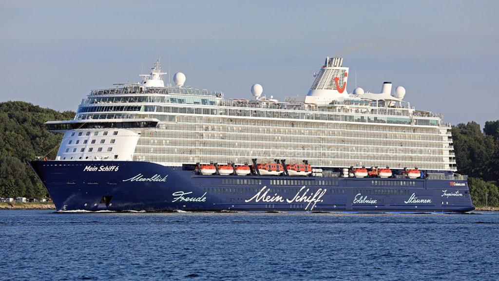 TUI Cruises Mein Schiff 6 auslaufend aus Kiel im Sommer 2017. Foto: Oliver Asmussen/oceanliner-pictures.com
