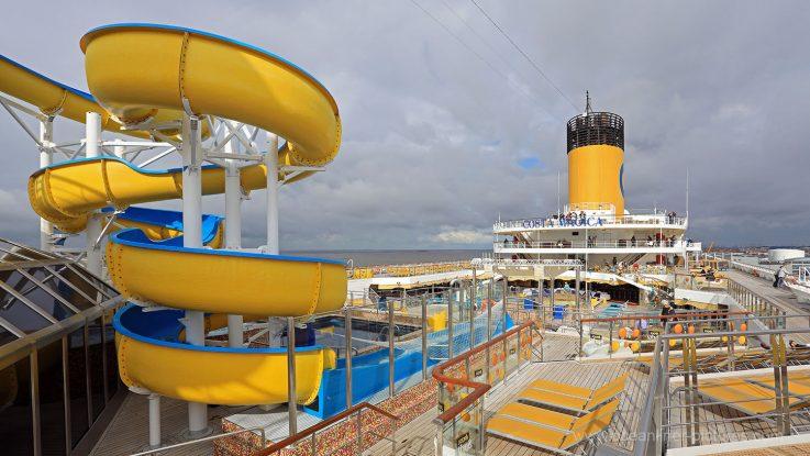 Wasserrutsche, Sonnendecks und Poolblick Costa Magica. / Foto: Oliver Asmussen/oceanliner-pictures.com