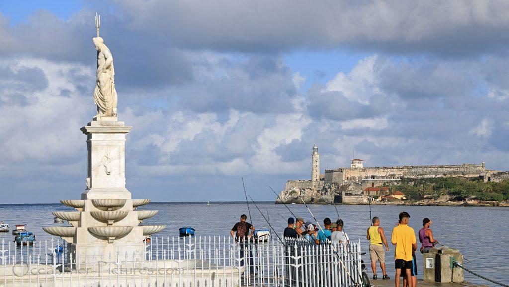 Angler an der Uferstrasse Malecon in Havanna. / Foto: Oliver Asmussen/oceanliner-pictures.com