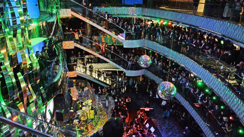 Das spektaktuläre dreistöckige Atrium ist der Mittelpunkt der MSC Seaside. Foto: André Lenthe