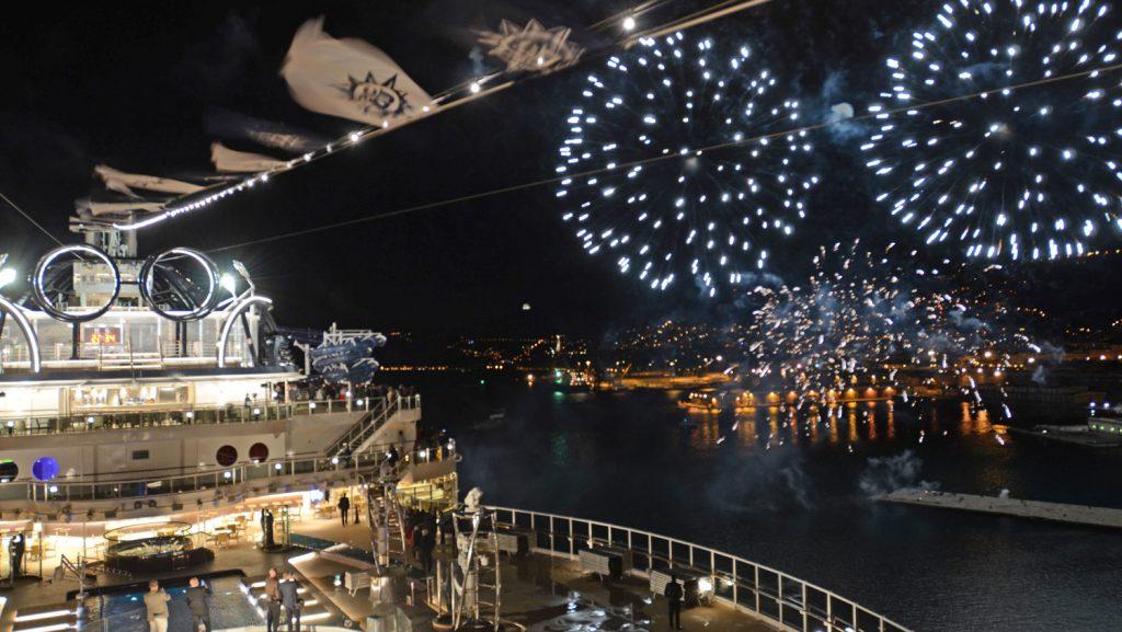 Ein Feuerwerk während der Premierenfeier für die MSC Seaside über dem Sonnendeck und den Dächern von Triest. Foto: André Lenthe