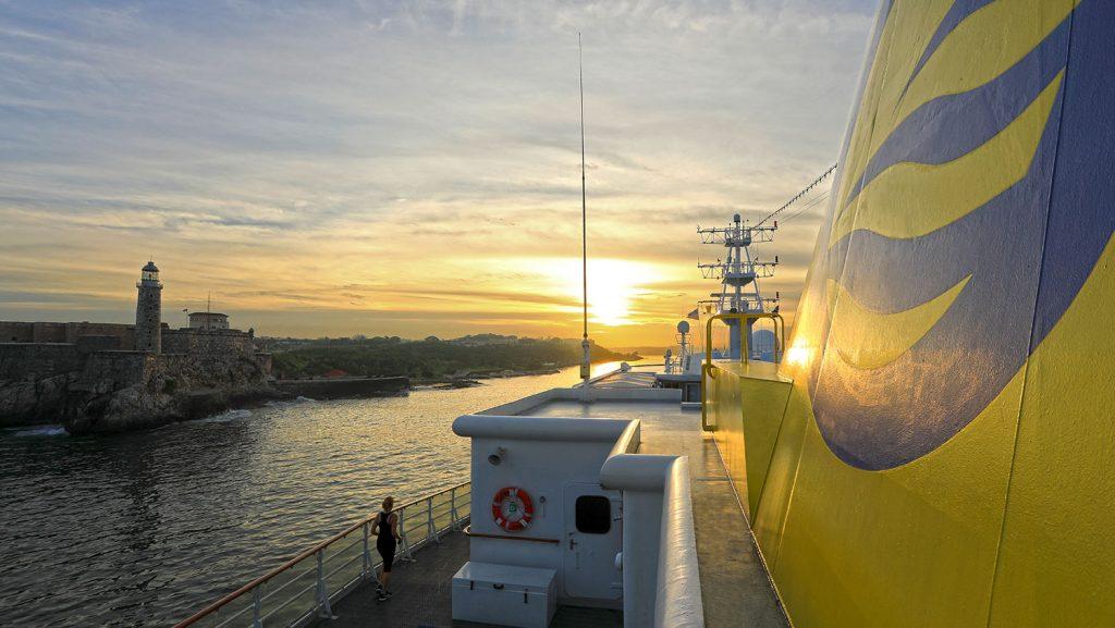 MS Hamburg Einlaufen Havanna mit Leuchtturm Faro del Castillo del Morro. / Foto: Oliver Asmussen/oceanliner-pictures.com