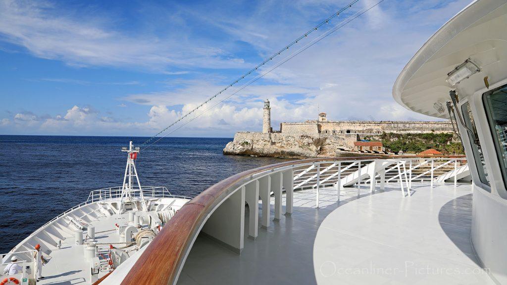 MS Hamburg auslaufend Havanna mit Leuchtturm. / Foto: Oliver Asmussen/oceanliner-pictures.com