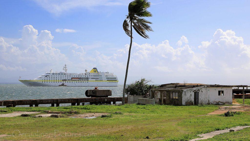 MS Hamburg vor Antilla, Kuba. / Foto: Oliver Asmussen/oceanliner-pictures.com