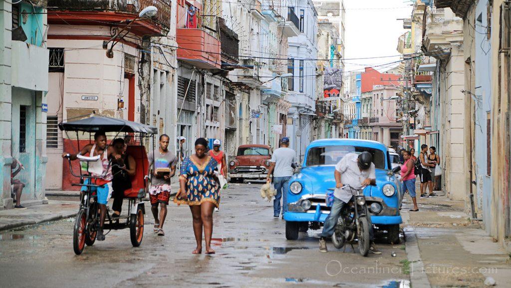 Oldtimer in den Wohnstrassen von Havanna. / Foto: Oliver Asmussen/oceanliner-pictures.com