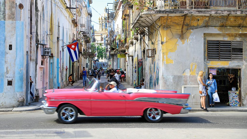 Oldtimer und Kuba Flagge in Havanna. / Foto: Oliver Asmussen/oceanliner-pictures.com