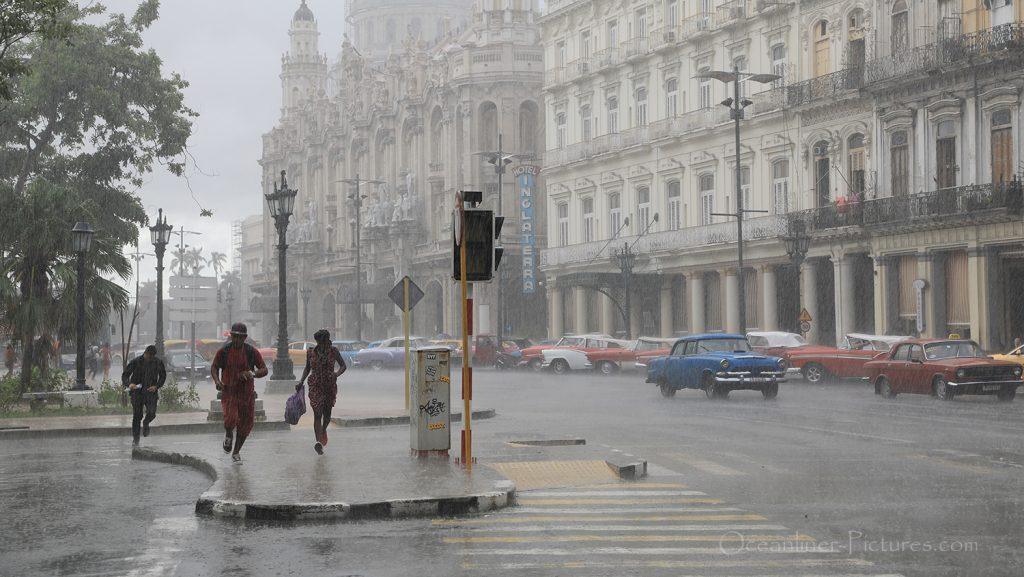 Wolkenbruch über Havanna mit Blick auf das Kapitol. / Foto: Oliver Asmussen/oceanliner-pictures.com