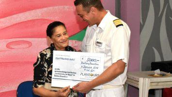 Kreuzfahrtdirektor Peter Schulze Isfort übergibt den Spendenscheck. Foto: Plantours Kreuzfahrten