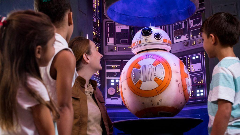 An Bord der Disney Fantasy werden junge Gäste im neuen Star Wars: Command Post zu einer weit entfernten Galaxie transportiert. Foto: Disney Cruise Line/Chloe Rice
