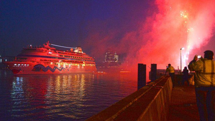 Willkommen zurück in Hamburg. Ein Feuerwerk begrüßte am Morgen die AIDAcara. Foto: André Lenthe
