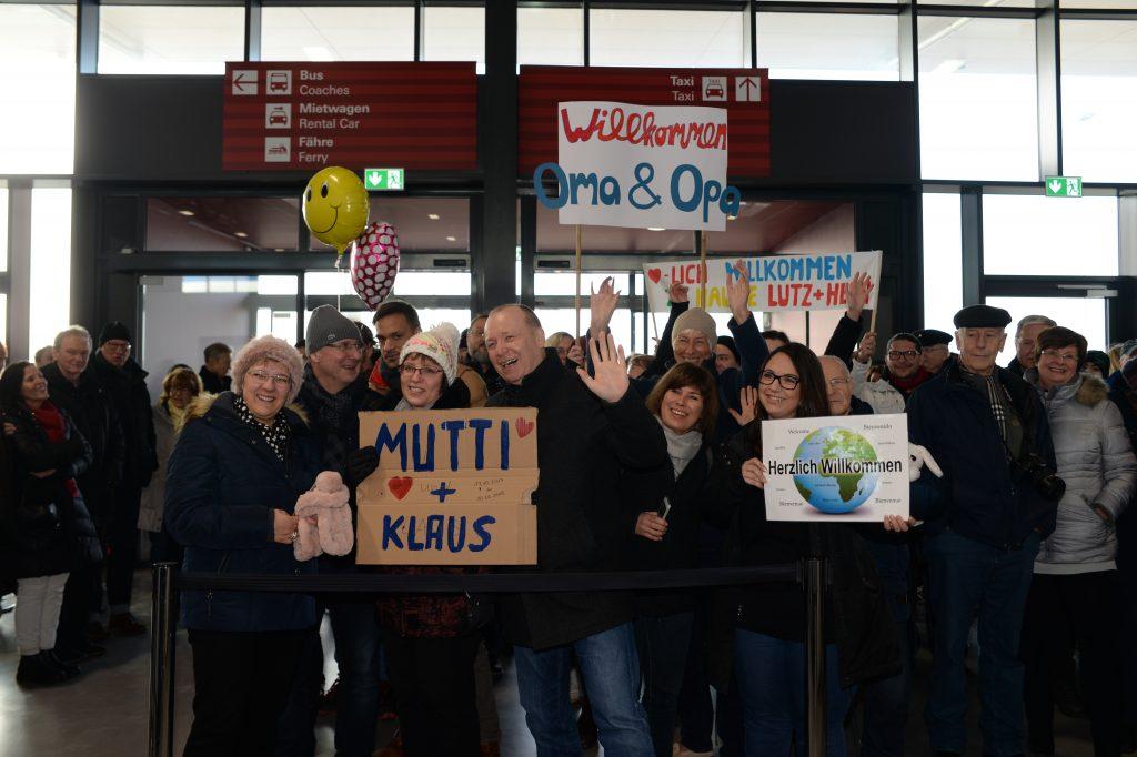 Zahlreiche Verwandte, Bekannte und Freunde empfingen die Weltreisenden der AIDAcara in Hamburg. Foto: André Lenthe