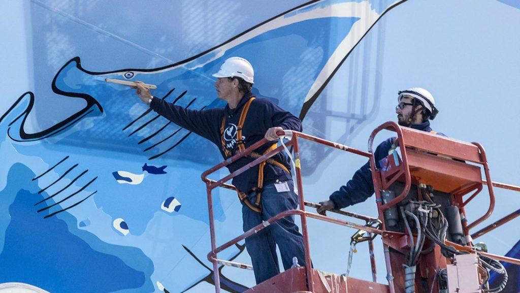 2.000 Liter Farbe wurden auf dem Schiffsrumpf aufgetragen. Foto: Meyer Werft