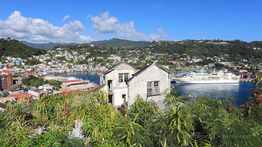 Blick vom Fort George, Grenada auf MS Hamburg. / Foto: Oliver Asmussen/oceanliner-pictures.com