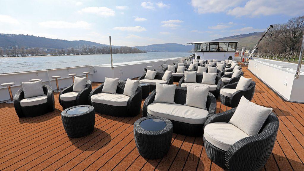 MS Alena Bugbereich Sonnendeck mit Loungemöbeln. / Foto: Oliver Asmussen/oceanliner-pictures.com