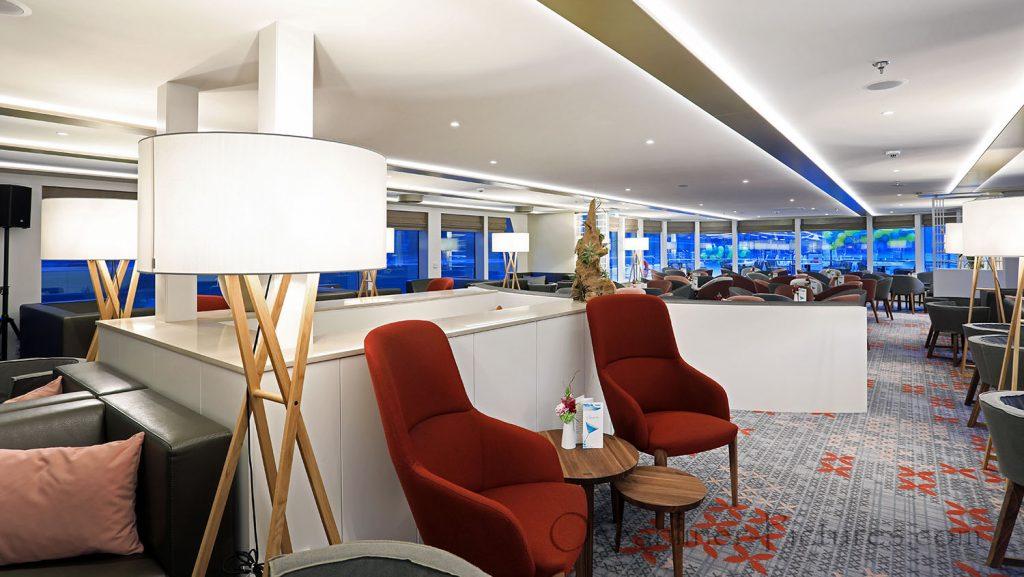MS Alena Panorama-Lounge mit Detailverbesserung. / Foto: Oliver Asmussen/oceanliner-pictures.com