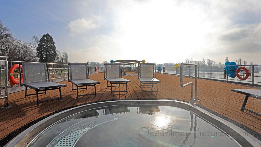 MS Alena Pool und Sonnendeck. / Foto: Oliver Asmussen/oceanliner-pictures.com