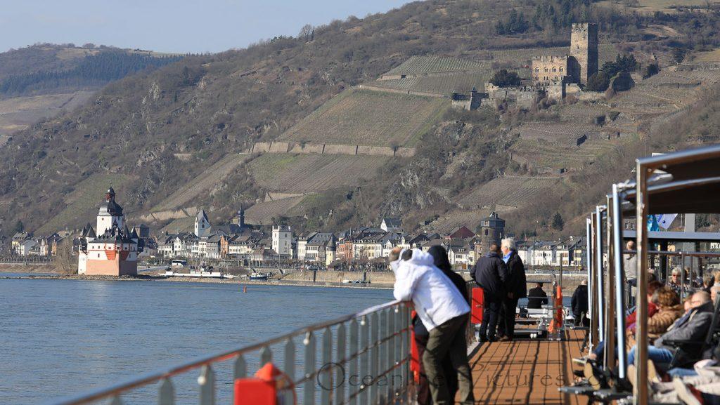 MS Alena auf Taufreise im Rheintal vor Burg Pfalzgrafenstein und Burg Gutenfels. / Foto: Oliver Asmussen/oceanliner-pictures.com