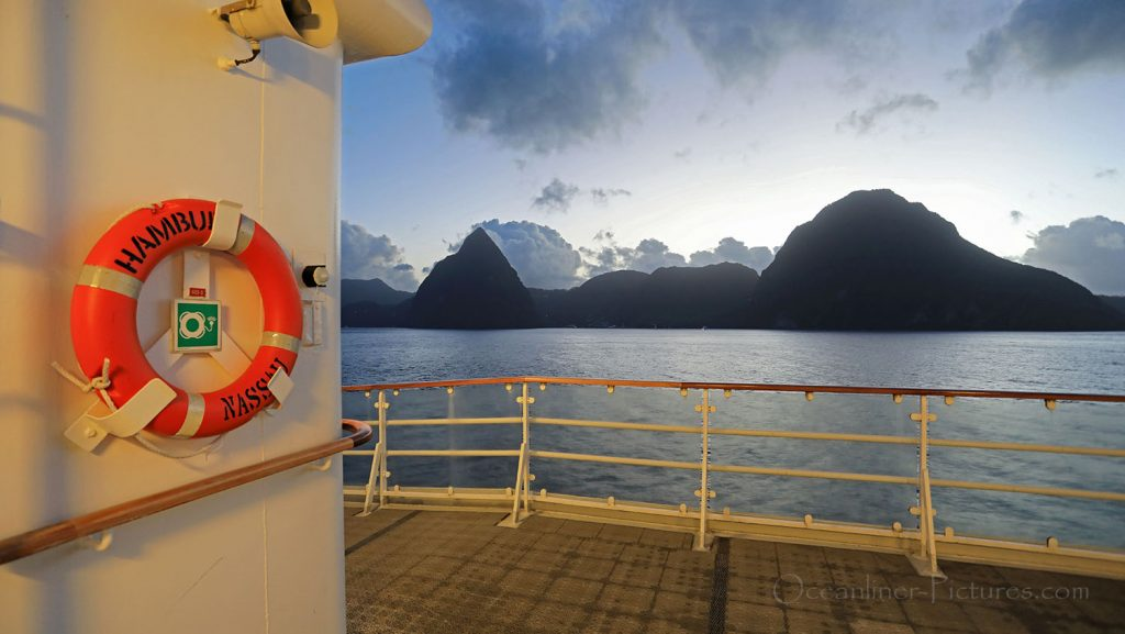 MS Hamburg Passage Pitons St. Lucia in Morgendämmerung. / Foto: Oliver Asmussen/oceanliner-pictures.com