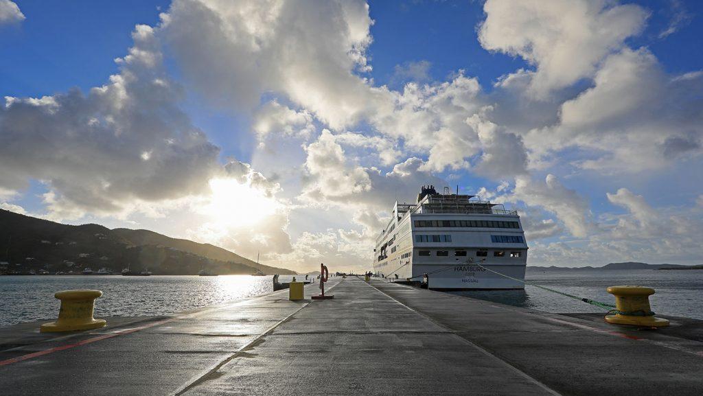 MS Hamburg Pier Road Town, Tortola. / Foto: Oliver Asmussen/oceanliner-pictures.com