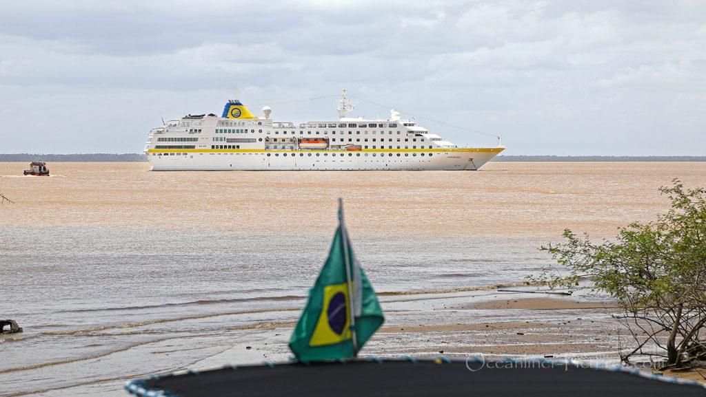 MS Hamburg vor Macapa auf Reede. / Foto: Oliver Asmussen/oceanliner-pictures.com