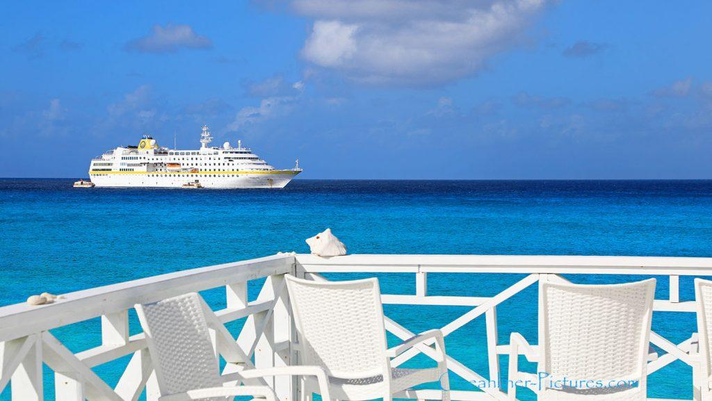 MS Hamburg vor Strandbar ,San Salvador Island, Bahamas. / Foto: Oliver Asmussen/oceanliner-pictures.com