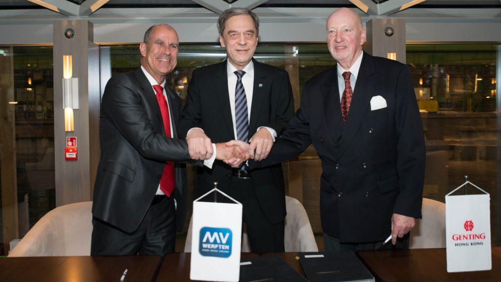 Tom Wolber (Crystal), Jarmo Laakso (MVW) und Joachim Hagemann (MVW) nach der Unterzeichnung. Foto: MV Werften