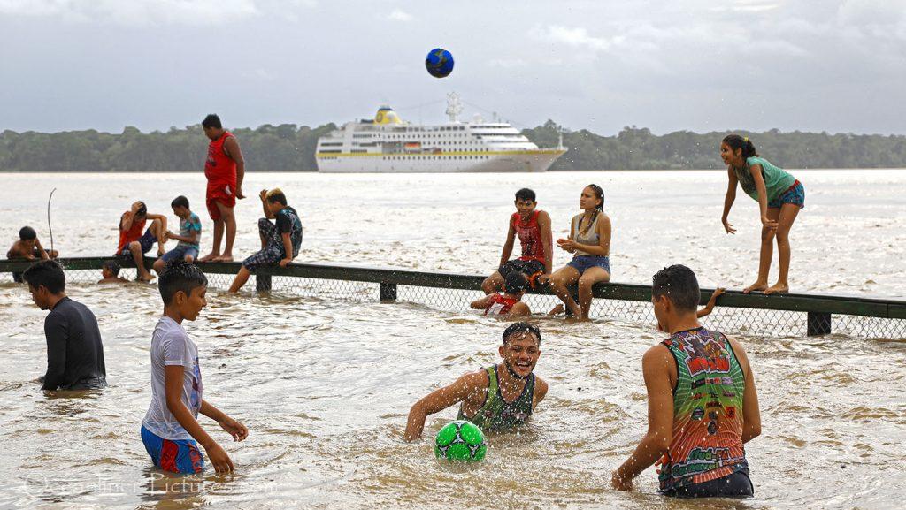 Wasserball im Flussschwimmbad und MS Hamburg in Afua, Brasilien. / Foto: Oliver Asmussen/oceanliner-pictures.com