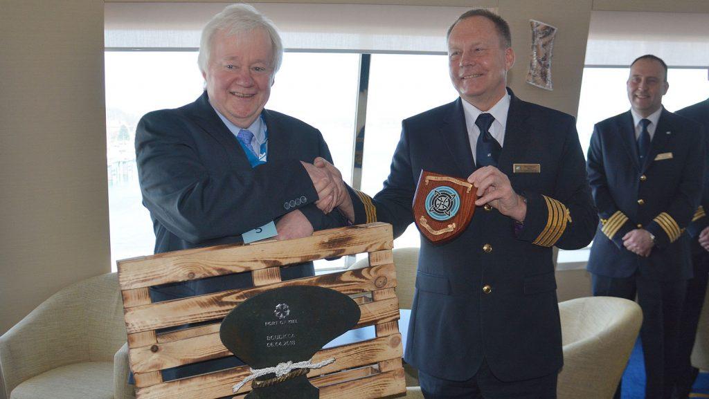Übergabe der Plakette an den Kapitän der Boudicca. Foto: Port of Kiel