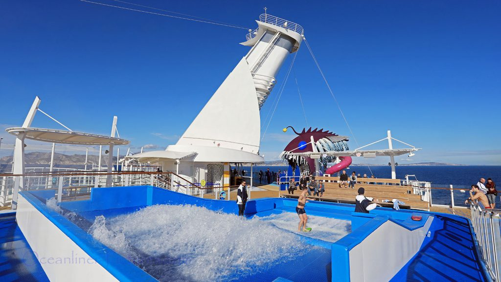 Flowrider und Eingang Ultimate Abyss Rutsche Symphony of the Seas. / Foto: Oliver Asmussen/oceanliner-pictures.com