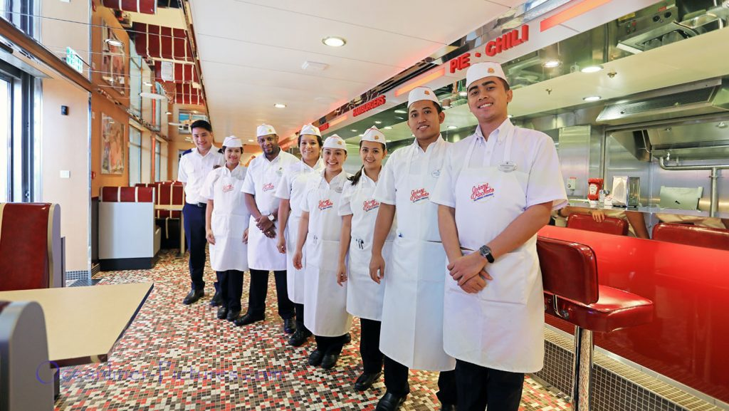Johnny Rockets Mitarbeiter Symphony of the Seas. / Foto: Oliver Asmussen/oceanliner-pictures.com