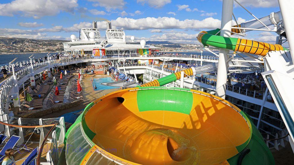 Panoramablick über Wasserrutschen und Pools der Symphony of the Seas. / Foto: Oliver Asmussen/oceanliner-pictures.com