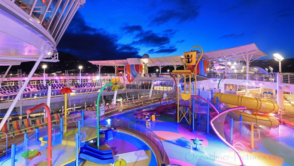 Splashaway Bay pool am Abend Symphony of the Seas. / Foto: Oliver Asmussen/oceanliner-pictures.com