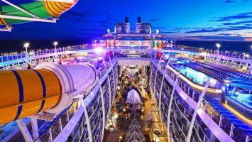 Symphony of the Seas Panoramablick über Central Park und Poolbereich. / Foto: Oliver Asmussen/oceanliner-pictures.com