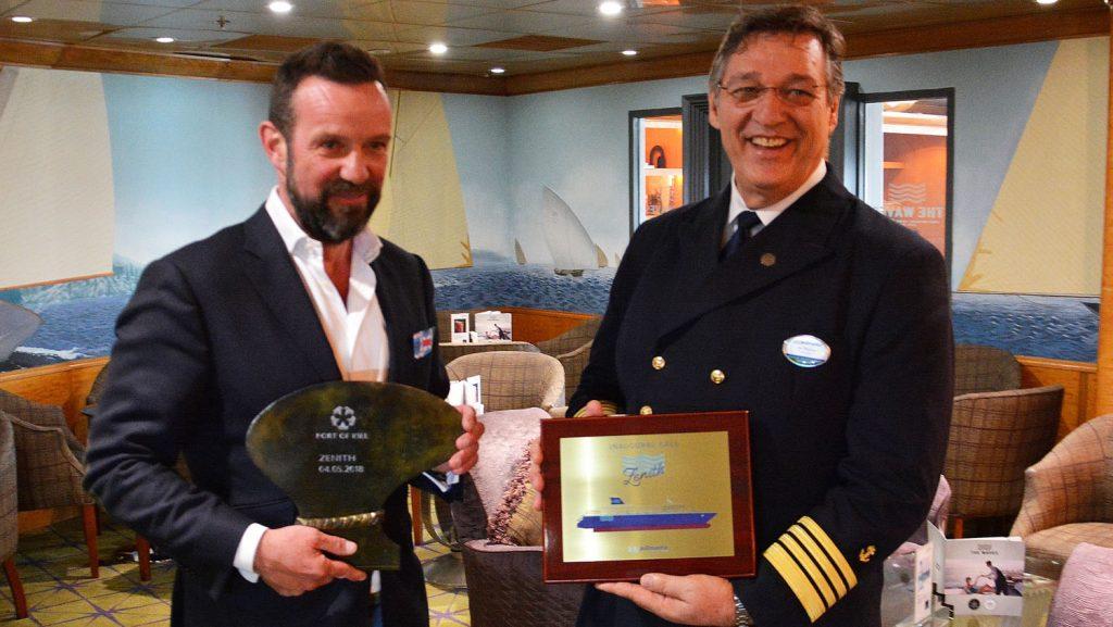 vl Dirk Claus vom Seehafen Kiel überreicht Kapitän Ivo Botica die Plakette. Foto: Port of Kiel