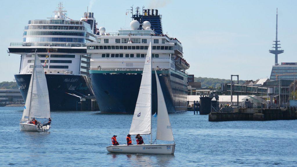 Die Zenith neben der neuen Mein Schiff 1 von TUI Cruises. Foto: Port of Kiel