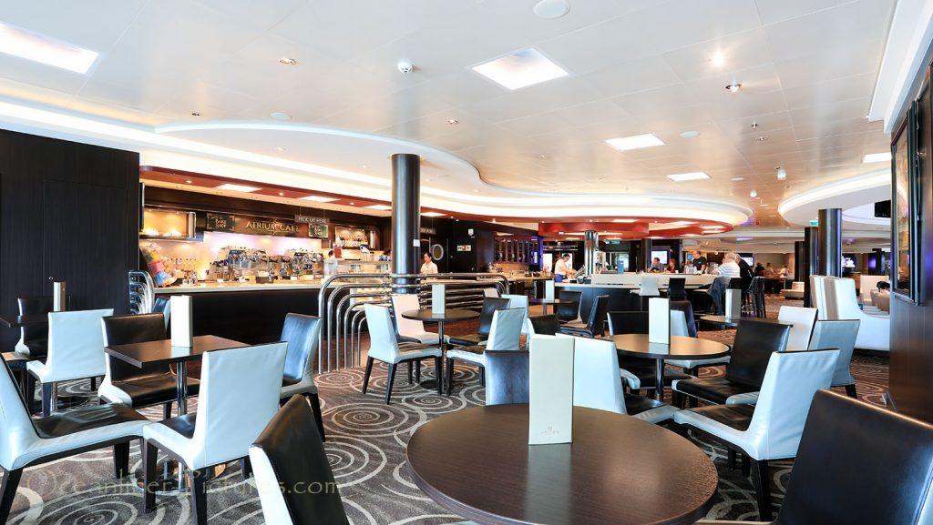 Das Atrium und das Atrium Café Norwegian Breakaway. / Foto: Oliver Asmussen/oceanliner-pictures.com