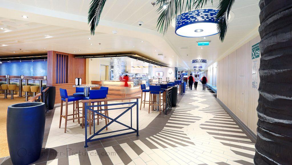 JavaBlue Cafe und Ocean Plaza mit Shake Spot Carnival Horizon. / Foto: Oliver Asmussen/oceanliner-pictures.com