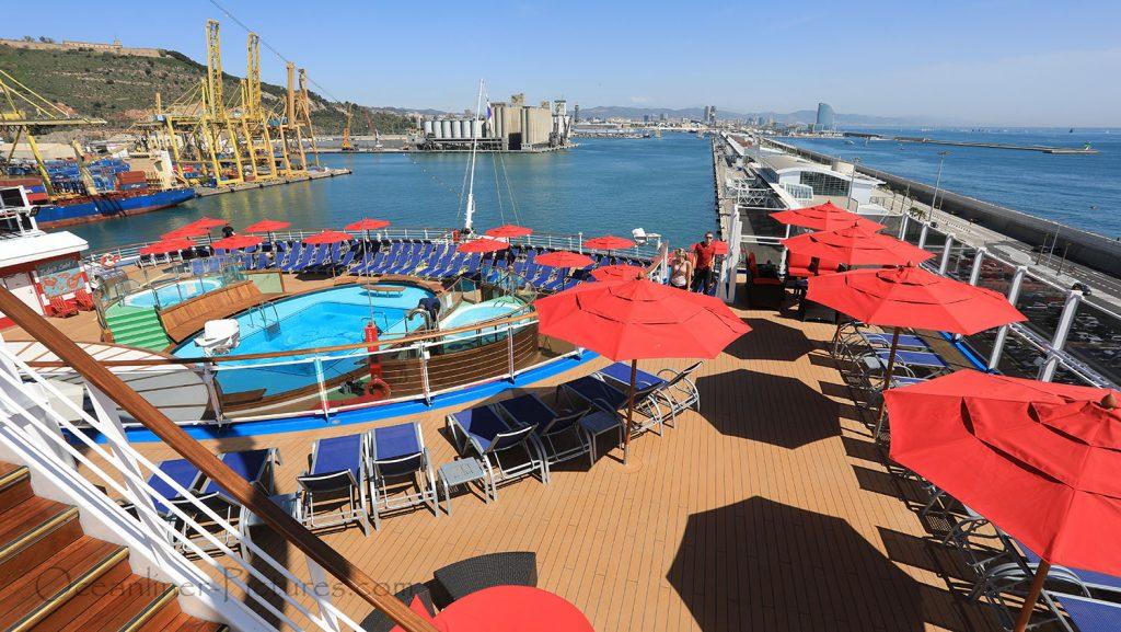 Klassischer Heckbereich am Tides Pool der Carnival Horizon. / Foto: Oliver Asmussen/oceanliner-pictures.com